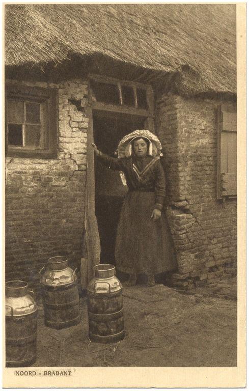 """18244 Boerin in de deurpost met ervoor drie melkbussen... 1900 - 1920 #NoordBrabant Een beetje vreemd, een boerin met poffer voor de deur van zo""""n armoedig huisje waar meer kapot is dan heel."""