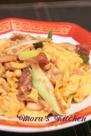 楽天が運営する楽天レシピ。ユーザーさんが投稿した「ふわふわ☆キノコと卵の牛肉中華炒め」のレシピページです。卵がフワフワで、キノコたっぷりの簡単中華風炒め物です♪お弁当のおかずにもぴったりです。。タマゴときのこと牛肉の中華炒め。牛肉(カルビなど),タマゴ,マイタケ,エノキ,ネギ,ニンニク,しょうが,【調味料】,オイスターソース,鶏ガラスープの素(顆粒)