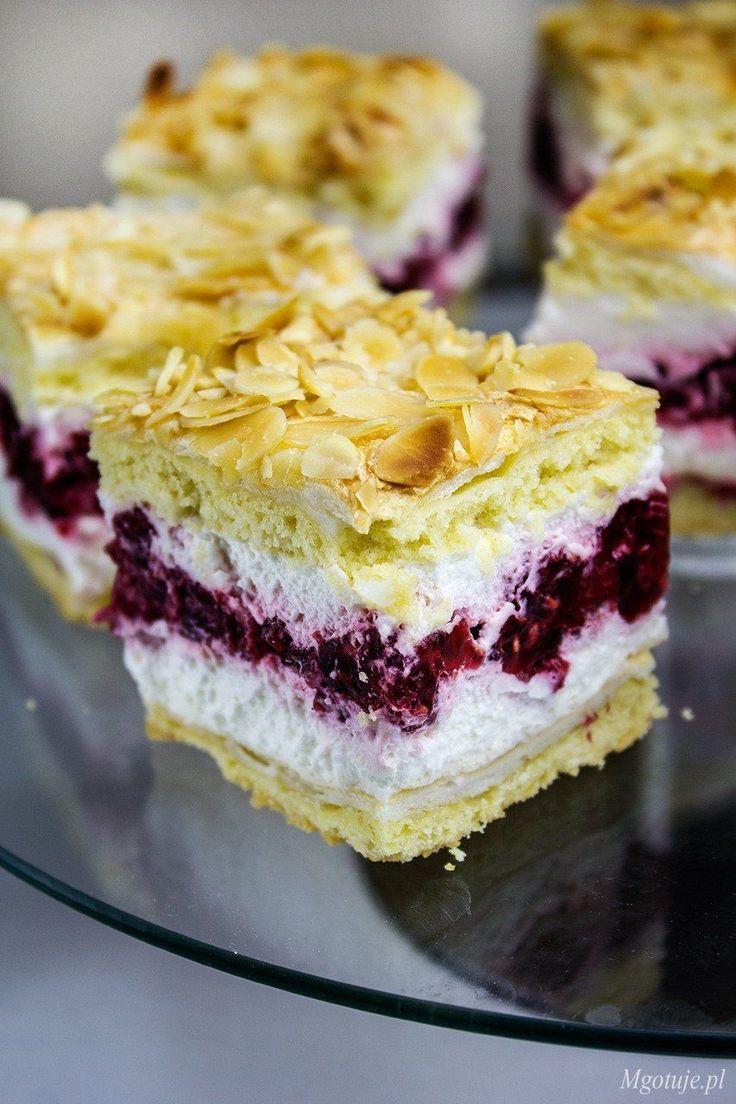 Malinka składa się z kruchego ciasta przełożonego masą śmietanową i galaretką z malinami. Jest baaardzo smaczne i często gości na moim stole. Robiłam je ju