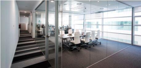 Rediseña tu oficina creando increíbles espacios polivalentes con cortinas de vidrio