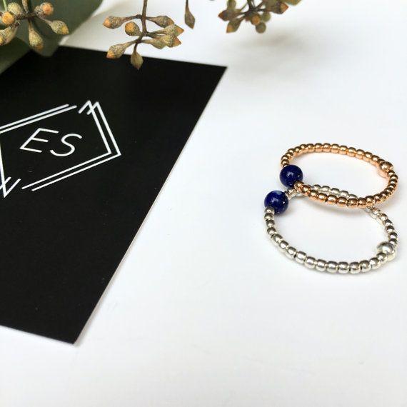 Bague souple en perles argent massif ou plaqué or rose et pierre Lapis Lazuli - empilable