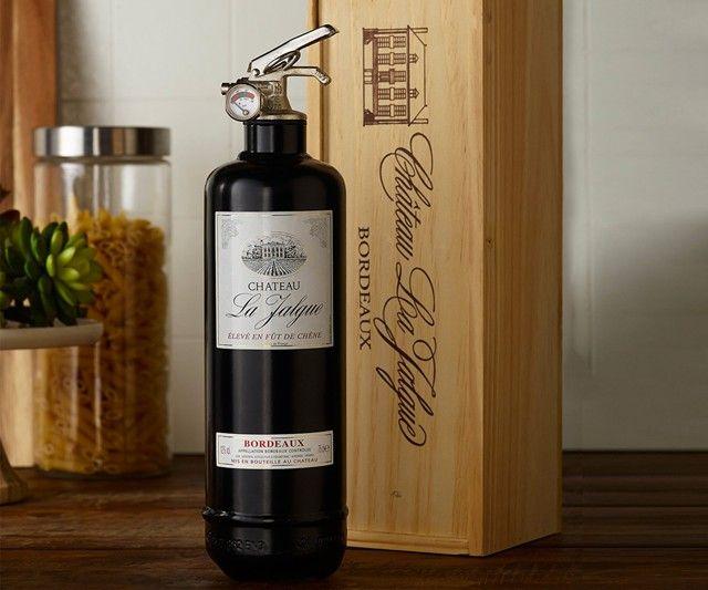 un extincteur en forme de bouteille de vin - http://www.2tout2rien.fr/un-extincteur-en-forme-de-bouteille-de-vin/