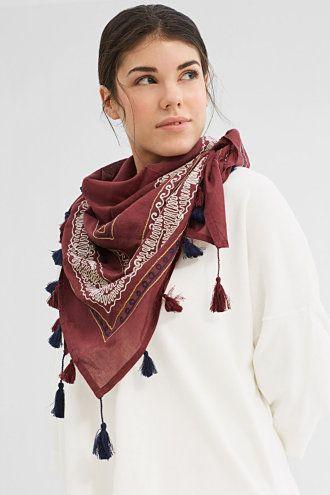 Maatinformatie: Afmetingen: ca. 100 x 100 cm Details: -Door het grote formaat past de sjaal perfect bij vele stijlen. Hij kan bij een T-shirt, maar net zo goed bij een jeans of zomerjurk worden gedragen! -Het stiksel op groot oppervlak is een stijlvolle blikvanger! -Bij de rand is een klein logomuntje aangebracht.
