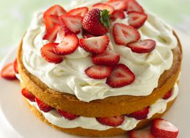 Because everybody deserves a treat once in a while, right? Strawberry and white chocolate buttercream cake.: Cakes Mixed, Strawberries Cakes, Yummy Desserts, Cakes Torte, Cakes Cakes, Cakes Recipe, Buttercream Cakes, White Chocolates Buttercream, Classic Cakes