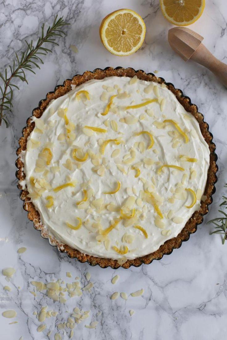 Limoncello Mascarpone taart. Een heerlijke frisse italiaanse taart met een lekkere koekbodem en citroensnippers.  Kijk voor recept op www.tasteourjoy.nl