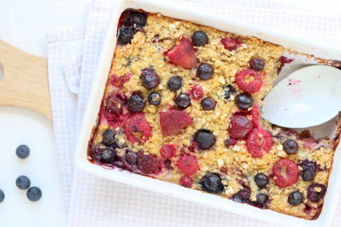 Een warm ontbijtje met deze gebakken havermout met rood zomerfruit. Havermout, eieren, melk, honing, rood zomerfruit als aardbei, blauwe bessen, glutenvrij