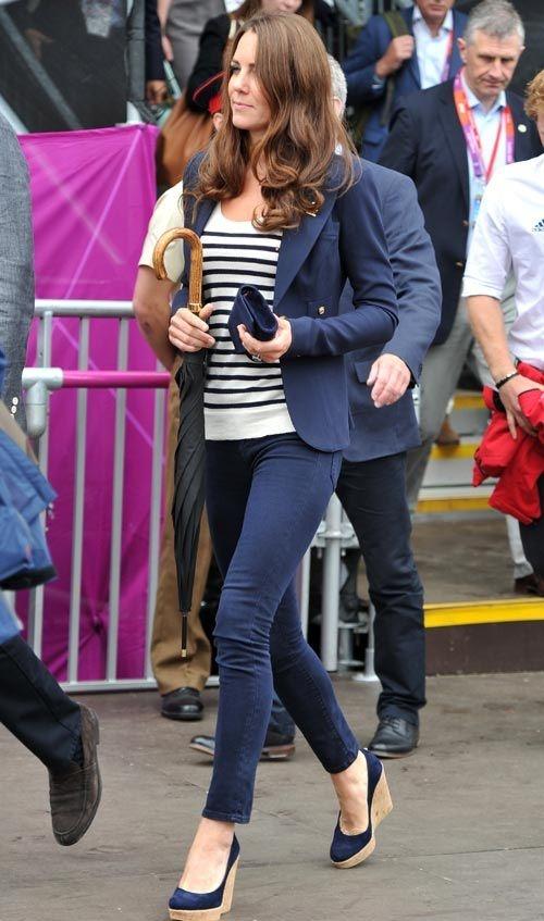 Sempre chique, Kate Middleton aposta no look azul marinho + listras.