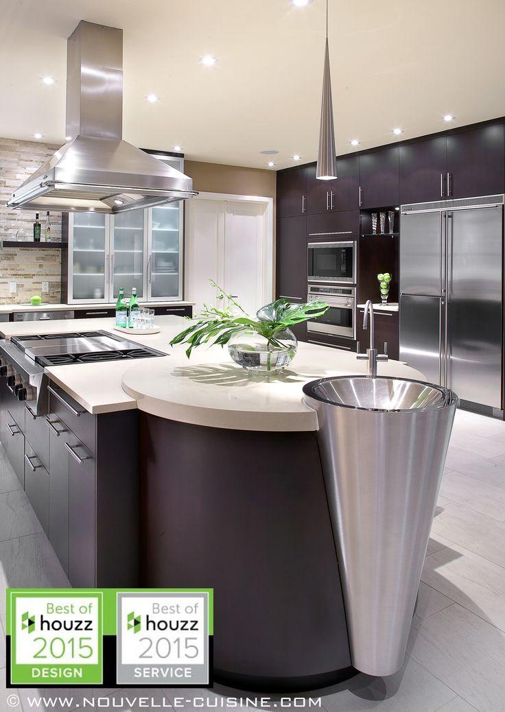 Cherry wood veneer cabinets and white quartz countertops can be found in this modern kitchen. / Des armoires en bois plaqué (cerisier) foncés et un comptoir en quartz blanc se retrouvent dans cette cuisine moderne.