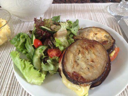 Сэндвичи из баклажанов на гриле http://ratatui.org/22350-sendvichi-iz-baklazhanov-na-grile.html   Баклажаны 1–2 штуки (в зависимости от размера) Помидоры 2 штуки (средние) Сыр моцарелла 350–400 грамм Зелень свежая (базилик, кинза и т.п.) 1 горсть Кабачки молодые (совсем небольшого размера) 4–5 штук Соль по вкусу Перец молотый по вкусу Масло растительное опционально