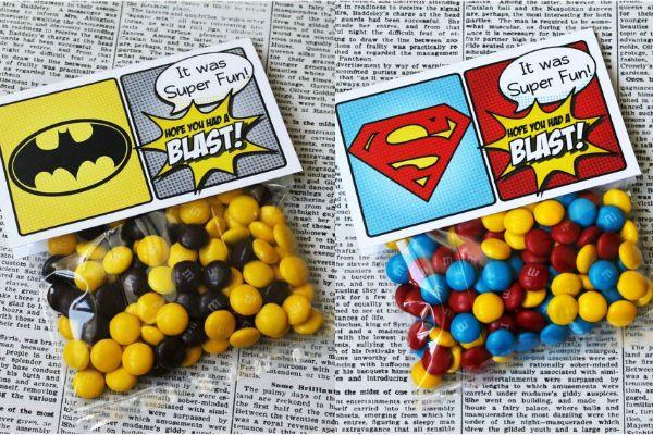 Recuerditos de boda inspirados en superhéroes.