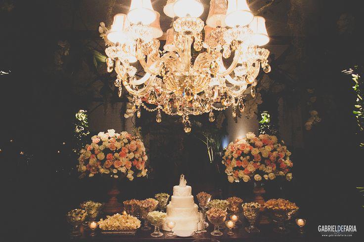 mesa do bolo com flores rosa e lustre