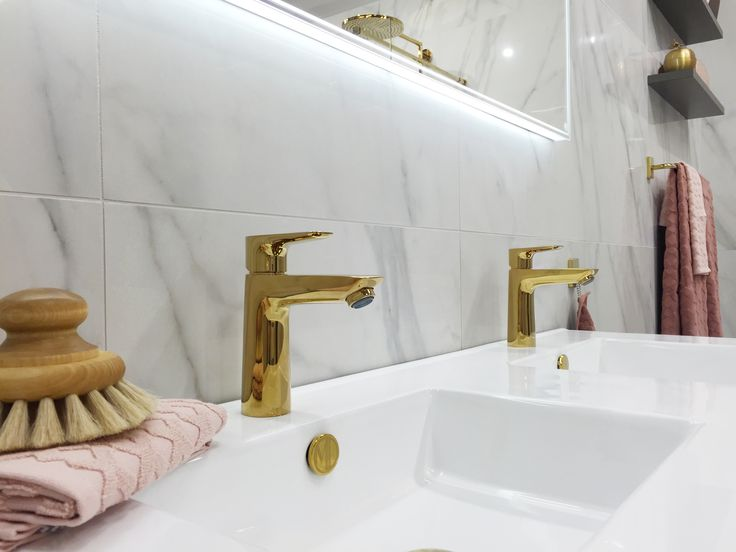 Handfat i porslin ingår alltid. Välj mellan 5 olika handfat i Lagan badrumsserie: Slim, Square, Deep, Hide och Sand Round. På bilden visar vi Slim 1200 med tvättställsblandare i guld.