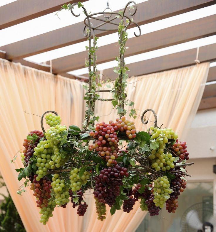 Decoração com frutas - Arranjo aéreo de uvas - Foto: Namester