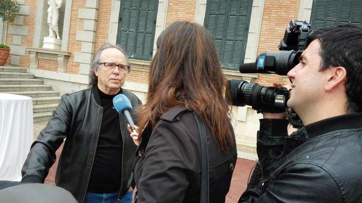 Serrat entrevistado por una TV en los premios Ondas.