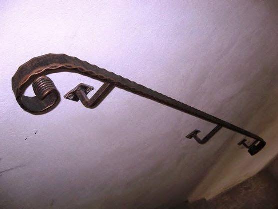 Fierul forjat e arta: Mana curenta din fier forjat pentru perete