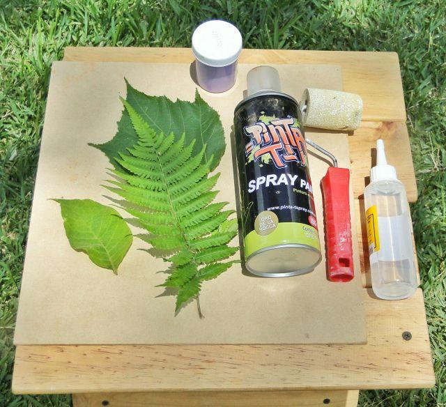 NECESITAS: -Tabla cuadrada de madera o lienzo -Hojas de tu preferencia -Pintura en aerosol dorada -Pintura al frío morada -Pincel o rodillo -Silicón frío