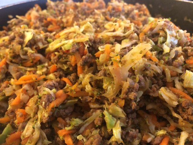 Denne ret er super nem og super sund. 500 g. hakket oksekød 1-2 hoveder broccoli fint hakket på foodprocessoren 1/2 hoved spidskål fint snittet 4.5 stk.Gulerøddergroft revet 2 stk. hakket løg 2 fed hvidløg hakket 1 spsk. Sambal oelek 1 spsk. Revet ingefær Salt 3-4 dl. grønsags bouillon 1 lille dåse tomatpure Start med at…