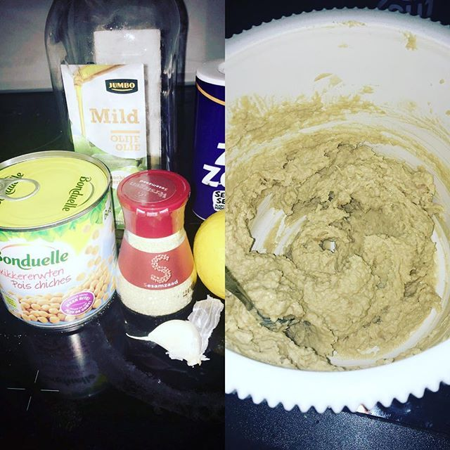 Zelfgemaakte hummus 👌🏻!! Dat ik dit niet eerder heb gedaan🙄!! Receptje: 1 blik kikkererwten, teentje knoflook, 1 eetlepel tahin of 30gr sesamzaadjes, olijfolie, zout en sap van een halve citroen en blenderen! Bon apetit 👌🏻 ---------- Selfmade hummus, chick peas, sesame sead 1 ounce or tablespoon tahin, lemon juice, clove of garlic, olive oil and salt! All together in the blender! Enjoy👌🏻 #hummus #selfmade #instafood #healthyfood #healthylifestyle #fit #fitgirl #fitnessaddict #restday…