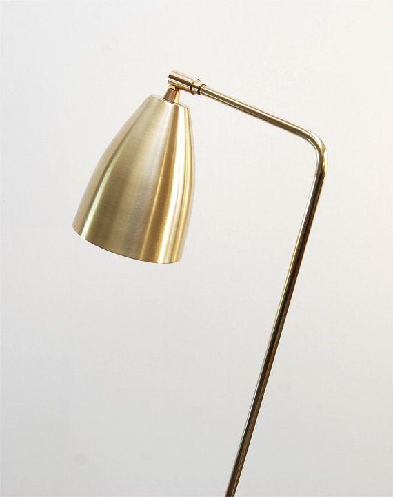 Destacado en MYDOMAINE, 05/09/2015 y 13/09/2015:  http://www.mydomaine.com/etsy-business-advice  http://www.mydomaine.com/fashion-industry-homes   Si usted prefiere su iluminación con un toque moderno, el Brasshopper es la lámpara para usted! Inspirado en el clásico seminal de mediados de siglo, mi lámpara de saltamontes es un poco más elegante y más angular y se procesa en latón macizo. Es similar en escala a mediados del siglo las versiones,...