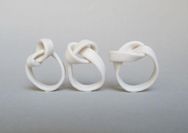 """Claire Marfisi, bague """"Oui"""", porcelaine, 2013."""