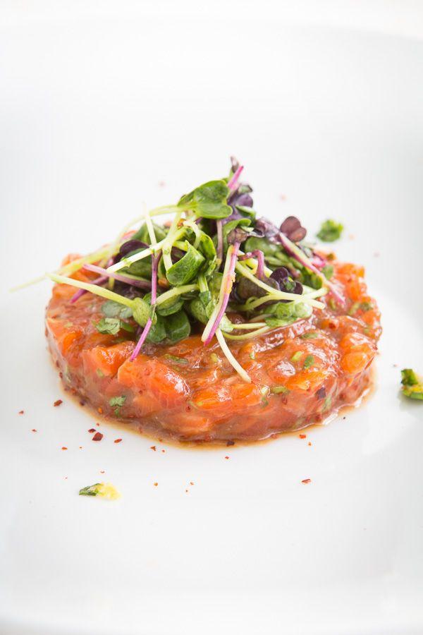 Rezept für ein leckeres Lachstatar mit einer Miso-Mirin-Marinade und einem Rettichsprossensalat als kleine, frühlingshafte Vorspeise.