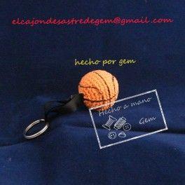 #Llavero #pelota de #básquet  #Colgante hecho con la técnica de #amigurumi con forma de pelota de basquet