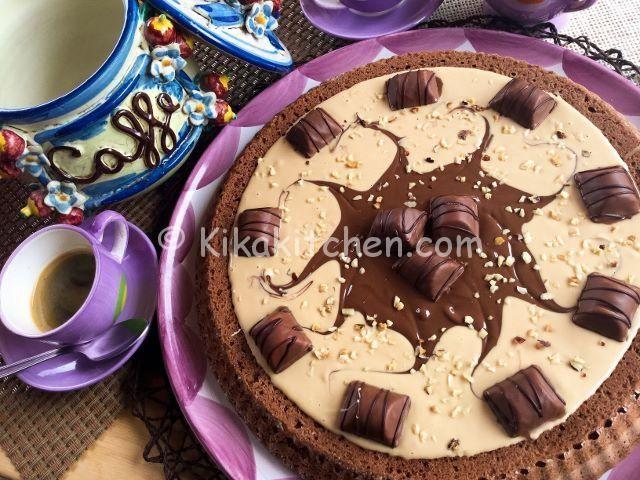 La torta kinder bueno è un dolce goloso. Una torta al cioccolato coperta di crema alla nocciola e nutella, guarnita con mini kinder bueno.