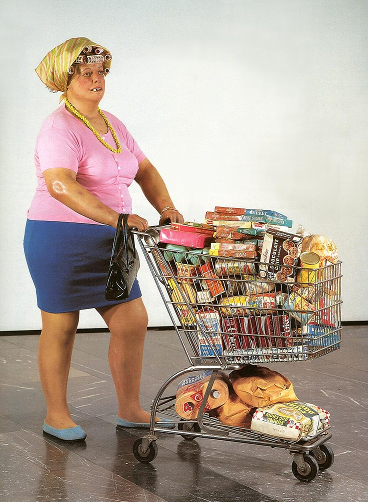 een dikke vrouw die boodschappen doet