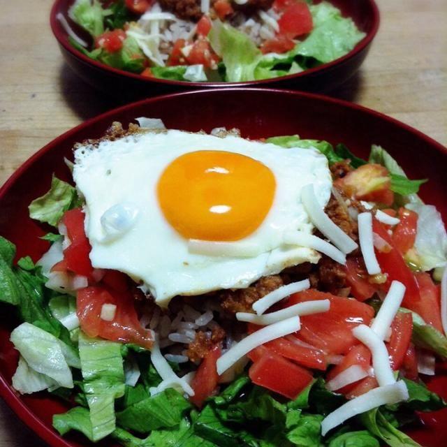 昨夜のメニューは、タコライス。 タコライス用のミートの味付けは、やはり、沖縄「ピロピロ」ライフさんのてなくちゃ おからパウダーでかさ増ししましたが、味付けと材料は、レシピ通りです。 暑くなるとこれが食べたくなりますねぇ 今朝投稿したお弁当もタコライス つくフォトは初めてですが、何度もお世話になってます沖縄「ピロピロ」ライフさん、いっぺ〜まーさんです - 93件のもぐもぐ - 沖縄「ピロピロ」ライフさんの料理 タコライス by peacefulriver
