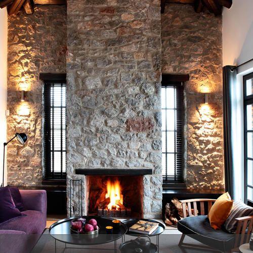 Trend Mit der richtigen Beleuchtung wird der Raum mit Natursteinwand und Kamin zum gem tlichen R ckzugsort an kalten