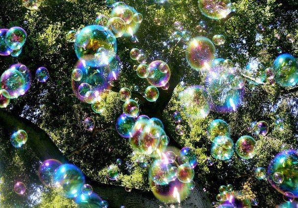"""22 апреля в Саратове пройдет """"День мыльных пузырей""""  22 апреля в 11:00 у цирка состоится """"День мыльных пузырей"""". День мыльных пузырей – это дрим-флеш, когда тысячи людей собираются и пускают пузыри. Участникам предлагают взять мыльные пузыри, воздушные шарики, хлопушки с конфетти, детские свистульки, надеть яркую одежду, маскарадные колпаки, бантики и шарфы - и отправляемся радовать друг друга и прохожих.  Шествие пройдет по маршруту Цирк-Проспект Кирова -Липки-ул. Волжская - Ротонда Начало…"""
