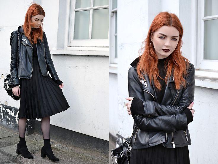 Hannah L. - Black Pleated Midi