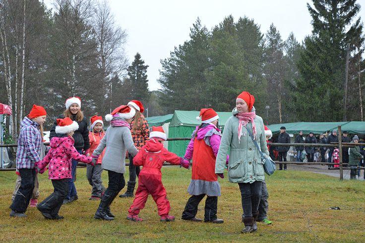 Iloiset tontut nostattavat katsojilla hymyn huulille. Luuppi, Oulu (Finland)