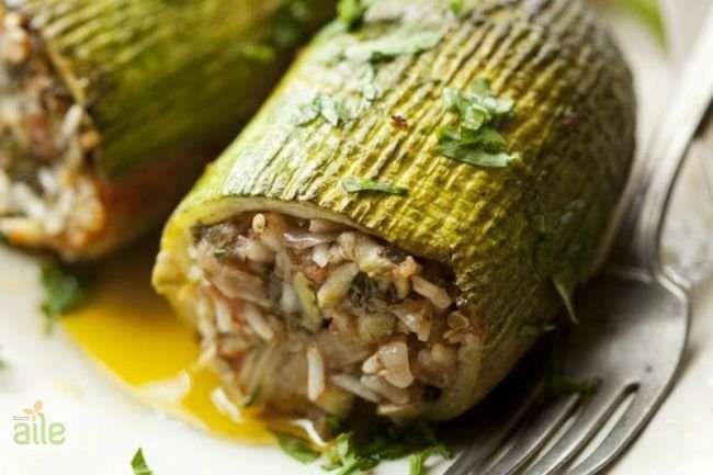 Türk mutfağının vazgeçilmez yemeklerinden kıymalı kabak dolması tarifi.