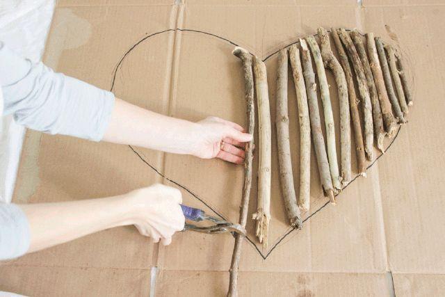 Wie man eine herzförmige Wandkunst aus Treibholz …