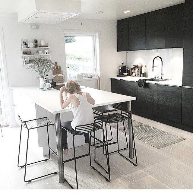 Kontraster er en stærk køkkentrend, som her i @noeblog's smukke sort/hvide køkken fra JKE Design.