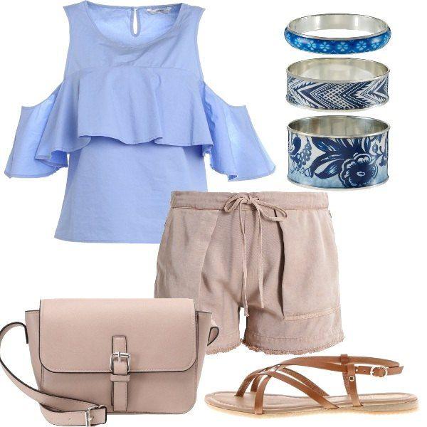 Outfit composto da shorts color sabbia con coulisse in vita, blusa che lascia scoperte le spalle e sandali flat in pelle. Completano il look la tracolla con chiusura magnetica ed i bracciali rigidi.