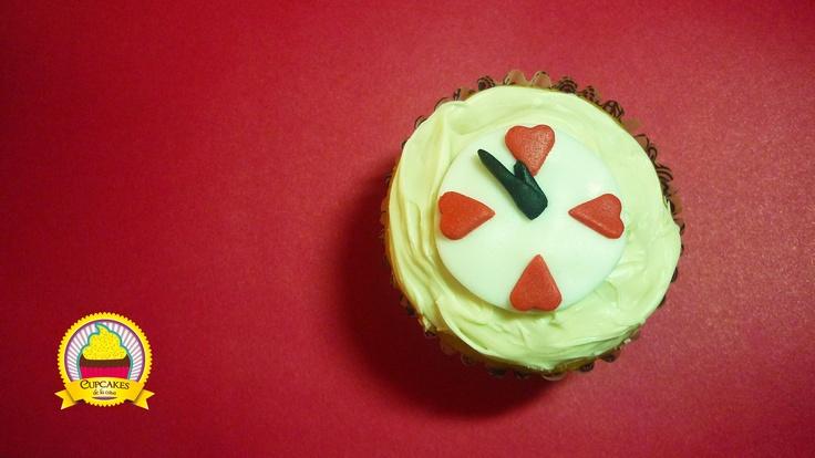 A este lo llamamos 'Faltan cinco pa' las doce', como la popular canción del 31 de diciembre. Cupcake de vainilla cubierto con chocolate blanco y detalles en fondant. by cupcakes de la casa