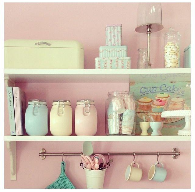 kitchen - homeware - jars - shelves - soft colors - pink - retro - pasteltinten - keuken - opbergen - potten - broodtrommel - serviesgoed - roze