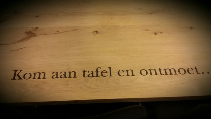 Een eigen en unieke tekst op een ambachtelijke tafel! Gemaakt door Tafel en Ambacht voor Inspiration for All in Uden-Holland. #Table #Dutch #Design #Wood