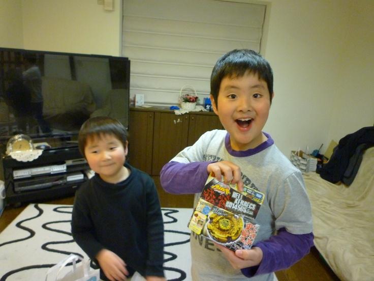 お兄ちゃんがお誕生日の日に弟がこっそりプレゼントを用意していました。それはお兄ちゃんがずっと欲しいと言っていたベイブレード!  さりげなく「おめでと」と一言を添えて渡したプレゼントをあけてみてびっくり!  いつまでも仲良しの兄弟でいてほしいです(ニックネーム:ごーばさん)