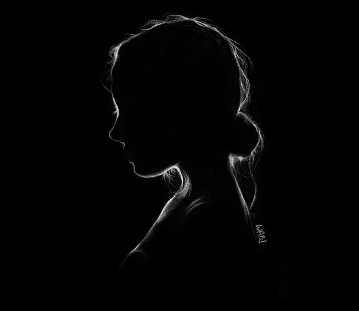 Картинка силуэт девушки в темноте
