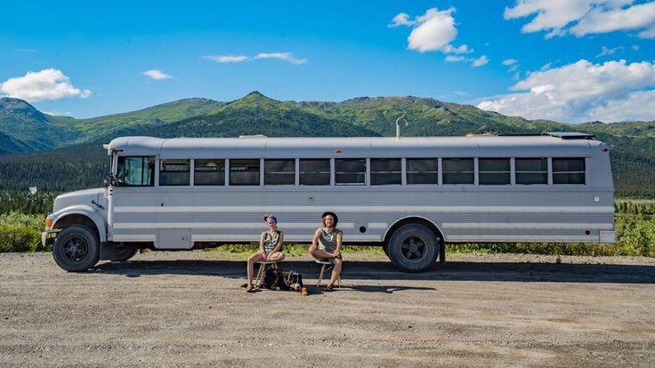 Casal transforma autocarro escolar num apartamento e agora viaja pelo mundo | Tá Bonito