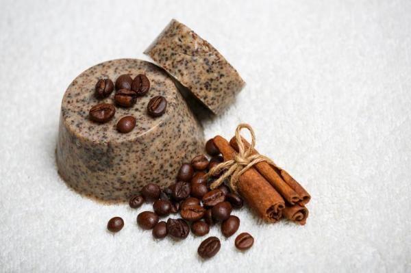 Como fazer sabão esfoliante de café. Ainda não experimentou os maravilhosos efeitos do sabão de café sobre a pele? O sabão elaborado à base de café é um produto natural de beleza com incríveis propriedades esfoliantes, anticelulíticas, r...