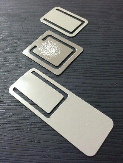 Segnalibri in acciaio cromato personalizzabili con l'incisione di nomi, frasi, immagini.