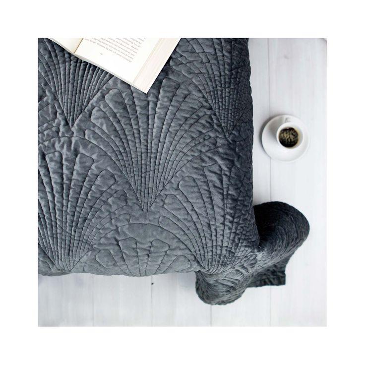 Åhléns Överkast Zelda, Ett grått överkast med präglat mönster. 240x240 cm. Framsida: 100% polyesterBaksida: 100% bomull Foder: 80% bomull, 20% polyester. 1 499 SEK