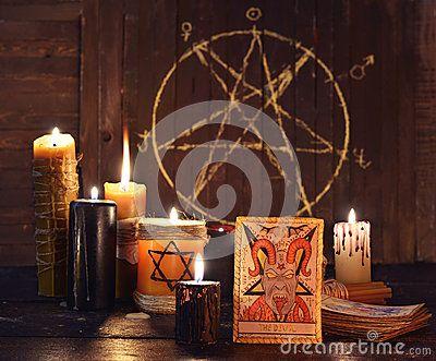 Die Tarockkarte des Teufels mit Kerzen und Pentagram