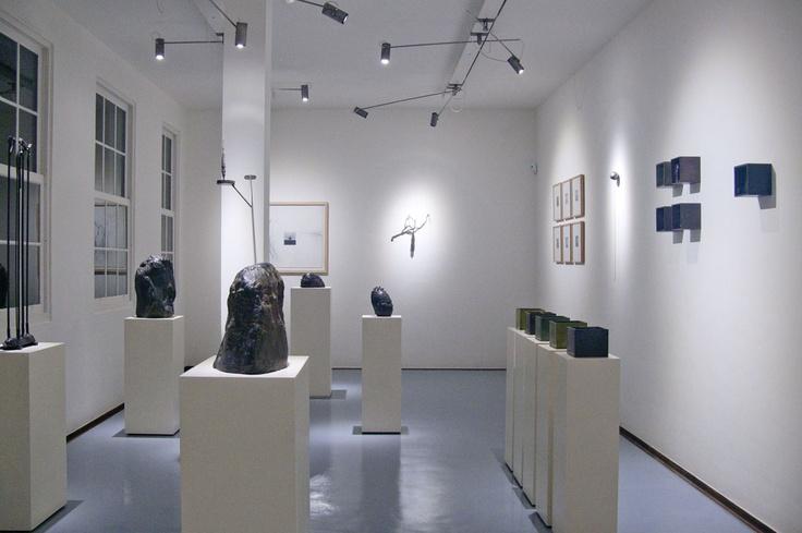 """Visión general de la sala.  Gonzalo González  """"Memorias del viento""""  Sala de arte Bronzo."""