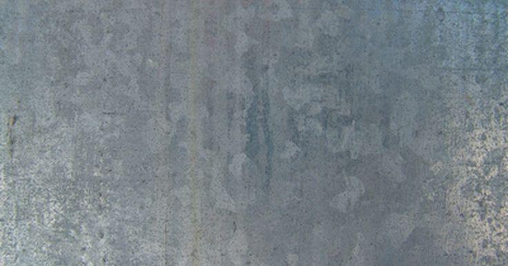 ¿Qué tipo de pintura se usa en el acero inoxidable?. A diferencia de la madera, el acero inoxidable no es poroso, lo que no lo hace apto para la pintura base común y la adhesión de la pintura. Los pintores deben desgastar el acero inoxidable para estimular la adhesión de la pintura, o el acabado se astillará y se desconchará con el tiempo. Por desgracia, debido a que el acero es tan resistente y ...