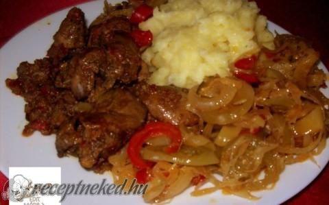 Hagyma ágyon sült csirkemáj recept fotóval